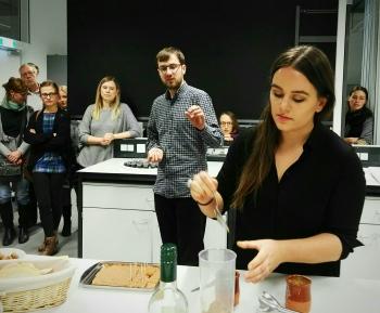 Latwerge-Konserven werden zu einer pikanten Salse weiterverarbeitet